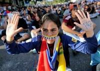 Il Venezuela sprofonda sempre più nella crisi economica e sociale. E' una fuga di massa di laureati e donne: «Andiamo a partorire in Brasile o vendere i capelli in Colombia»