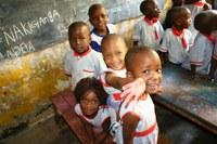 I lavori artigianali delle donne malate di Aids permettono la costruzione di una scuola a Kampala