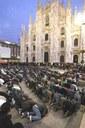 Preghiere islamiche davanti al Duomo di Milano: polemiche e divisioni.